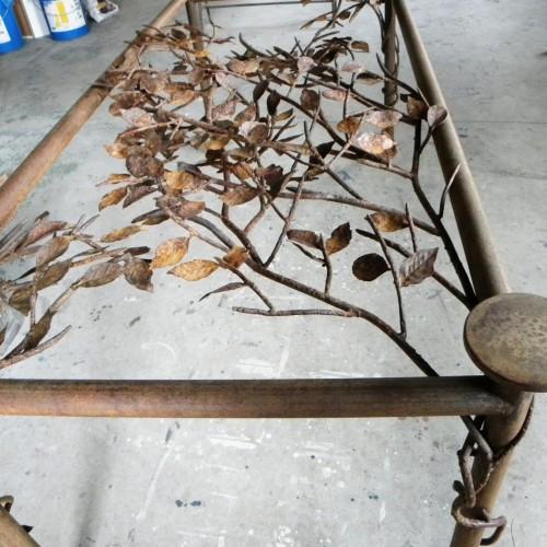 Mesa con decoración vegetal – Artes Metálicas